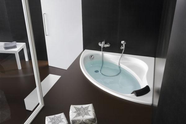 Corner bath tub with apron