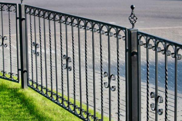 Vertical railings gate