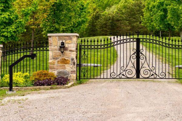 Magnificient double driveway gate