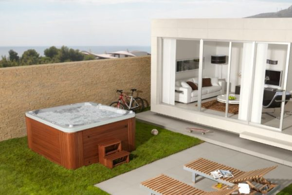 Outdoor bathtub with water bubbling