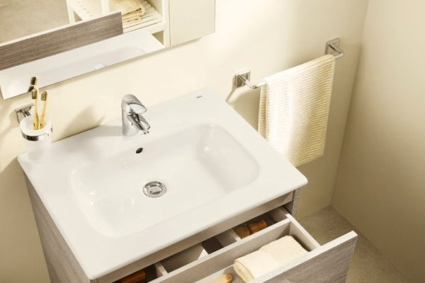 Sink o the top and shelves below
